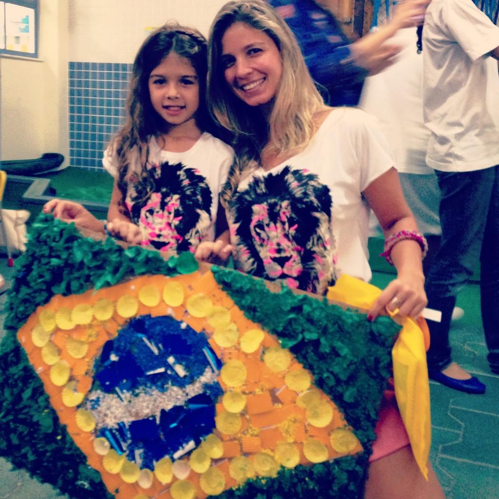 Se não teve tempo de organizar a casa, faz um DIY (do it yourself!!). Vale tudo para deixar o espírito de patriotismo e orgulho em ser brasileiro aforar!!! Copa do Mundo, no Brasil, ninguém sabe quando acontecerá de novo!!! Eu quero que minha filha veja o Brasil campeão dentro de casa!!