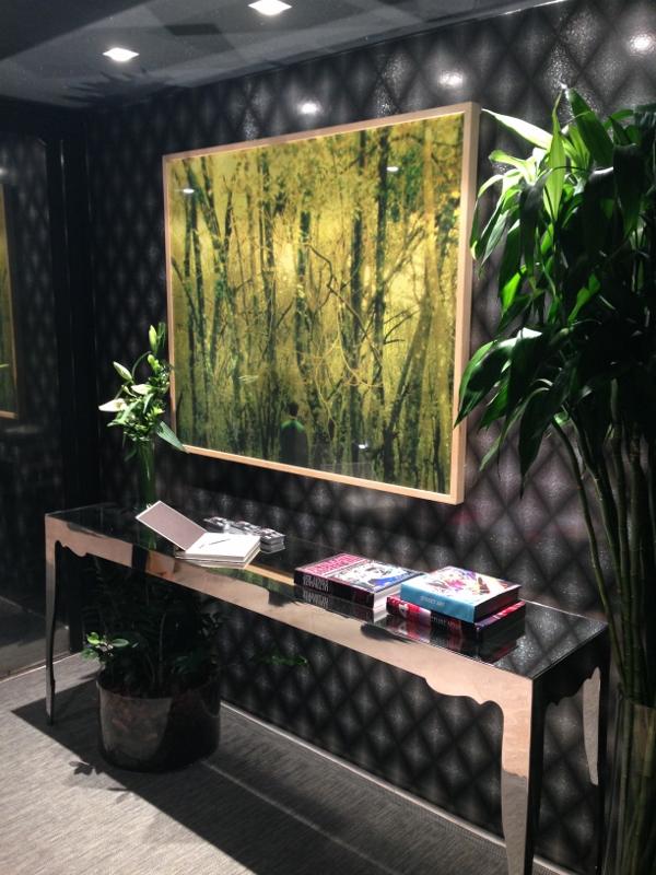 Na Mostra Artefacto  Haddock Lobo (25x25), o ambiente projetado por Fabio Bouillet e Rodrigo Jorge para o DJ Zé Pedro tem papel de parede Orlean com base azul petróleo e o quadro verde-amarelado ganhando maior visibilidade pela iluminação.