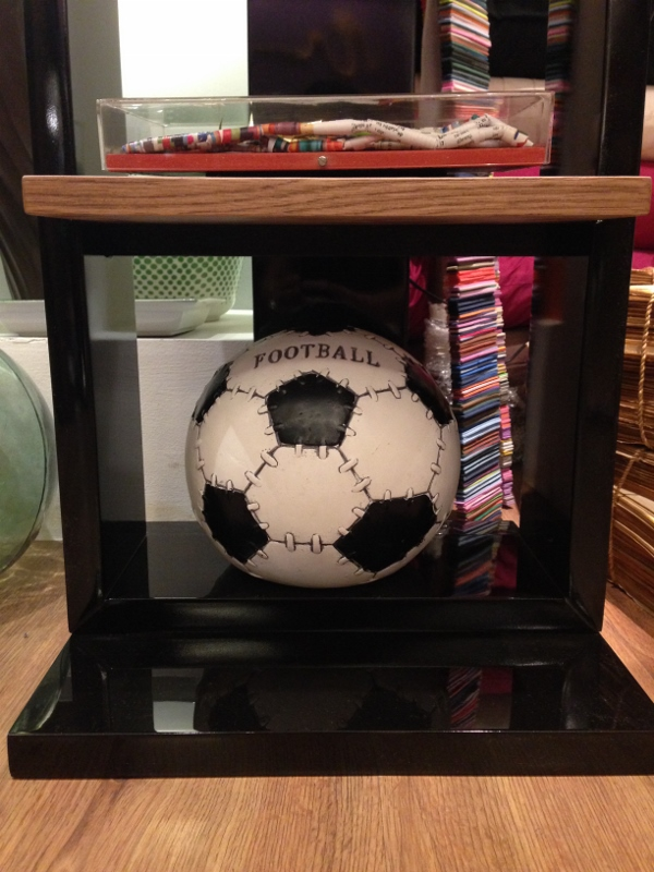 A bola cofre do Studio Grabowsky, em estilo retro e com tamanho de uma bola original, serve de escultura!
