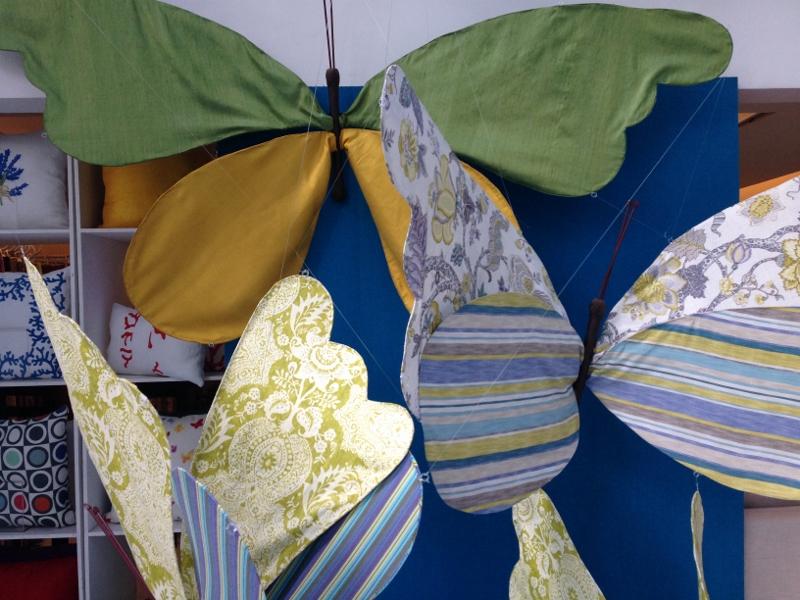 A Ipanema Kravet com a vitrine lindíssima repleta de borboletas, reproduz as cores do Brasil com seus tecidos.