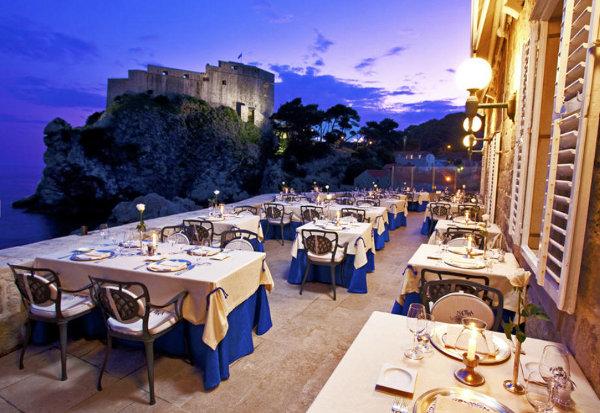 Um charme o Nautika, restaurante em Dubrovnik, na Croácia. Com uma vista incrível para o mar e para as muralhas da cidade antiga, é muito, mas muito charmoso!