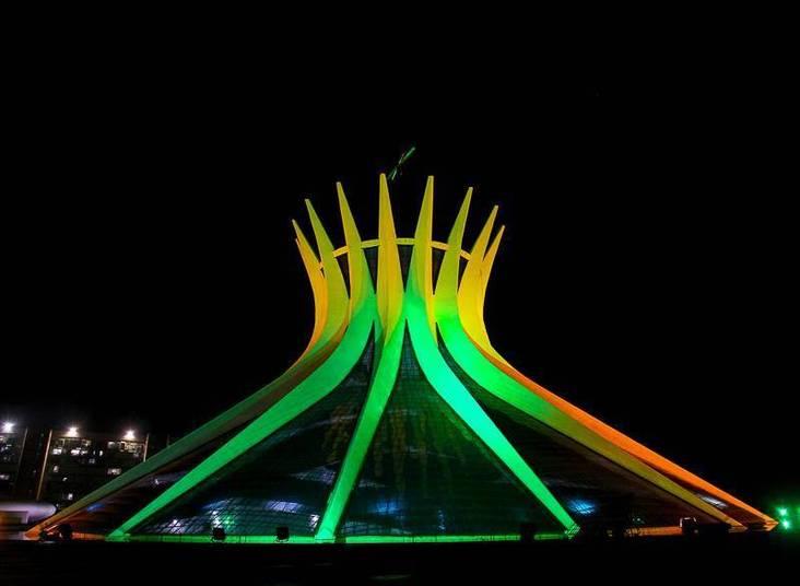 Catedral de Brasilia, feita pelo saudoso Oscar Niemeyer, com iluminação em verde e amarelo!