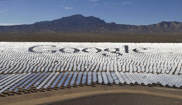 O Google em parceria com mais três empresas inaugurou na última semana a maior usina solar do mundo no deserto de Mojave, nos Estados Unidos