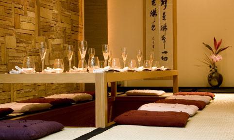 KINOSHITA: um dos melhores restaurantes japoneses de São Paulo, o Kinoshita tem uma decoração clean, com tons de bege, poucos elementos e iluminação baixa.