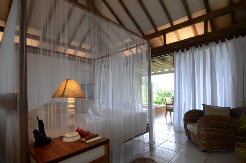 Com decoração simples, o bangalô é predominantemente branco com estrutura e móveis em madeira.  Simply decorated, the bungalow is predominantly white with structure and furniture made of wood.