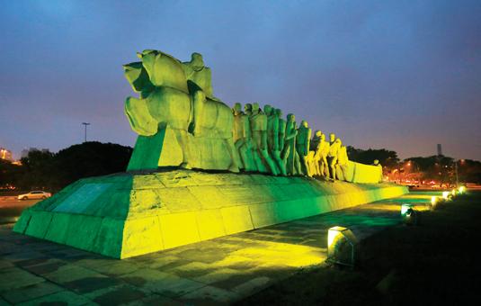 Monumento das Bandeiras, em São Paulo, com iluminação em verde e amarelo!