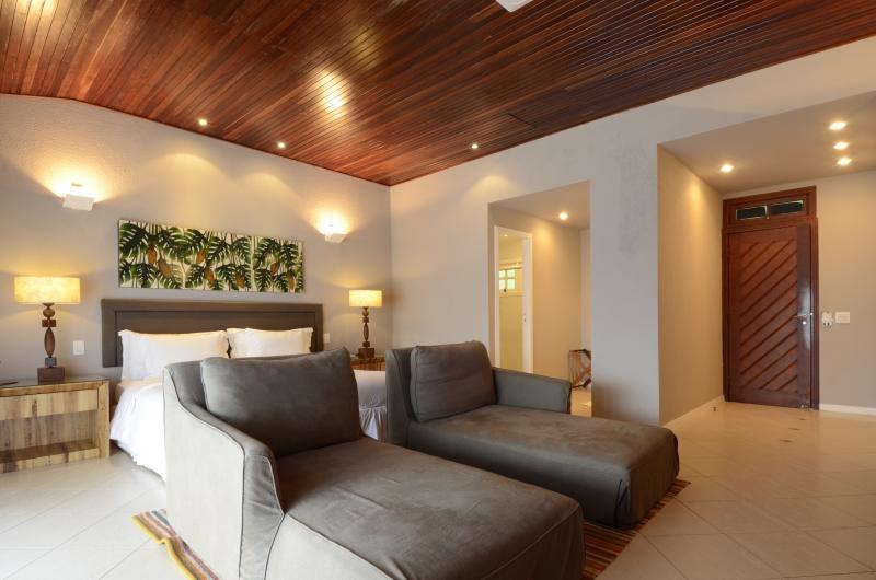 São 6 apartamentos Standard, e 15 Bangalôs, com varanda e vista espetacular para o Morro do Pico, todos construídos com madeira Jatobá.