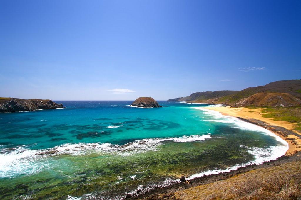 """Praia do Leão - Noronha tem 14 praias no """"mar de dentro"""", voltado para o continente e 7 praias no """"ar de fora"""" voltadas para o Oceano Atlântico. Por isso é o paraíso do surf, com diversas formações de ondas.  Praia do Leão - Noronha has 14 beaches in the """"inner sea"""", facing the mainland and beaches in 7 """"air out"""" facing the Atlantic Ocean. So is the surfing paradise, with various wave formations."""