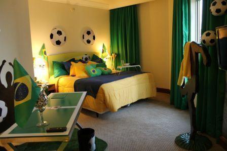 Com projeto de Ivani Neublum, as cores predominantes são o verde e o amarelo, estampados em cortinas, edredons e até com um gramado artificial.  A bola ganha destaques na decoração com lustres, arandelas e almofadas, assim como um pufe gigante. A bandeira do Brasil também é destaque em almofadas e está presente em todo o quarto.