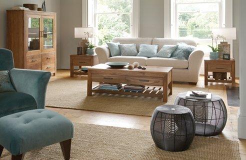 A repetição das cores, como desta sala, onde almofadas e poltrona seguem a mesma tonalidade, móveis maiores e confortáveis, madeira aparente... São algumas dos recursos usados para uma decoração mais rutstica. É muito usada em casas de campo.