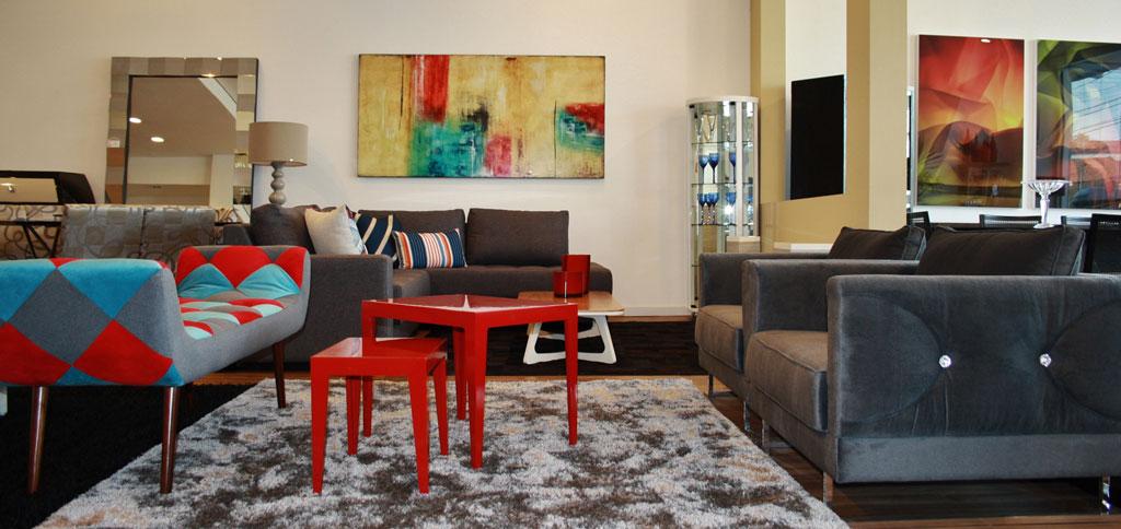 O estilo contemporâneo, brinca com cores e texturas, elementos neutros e arte, suas linhas são mais leves e a mesclarem de elementos na decoração se faz presente.