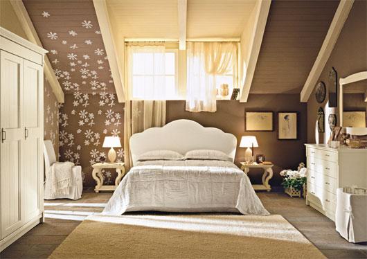 Papeis de parede, iluminação baixa, simetria e mais uma vez, moveis grandes e confortáveis criam o aspecto suntuoso de um country style.
