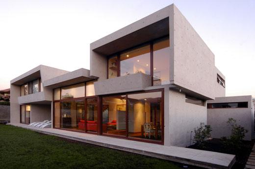 Ha o maior uso de materiais tecnológicos e novos: fibra de vidro, faia, wengè, aço escovado... O jogo de volumes também é bastante usado neste estilo arquitetônico.