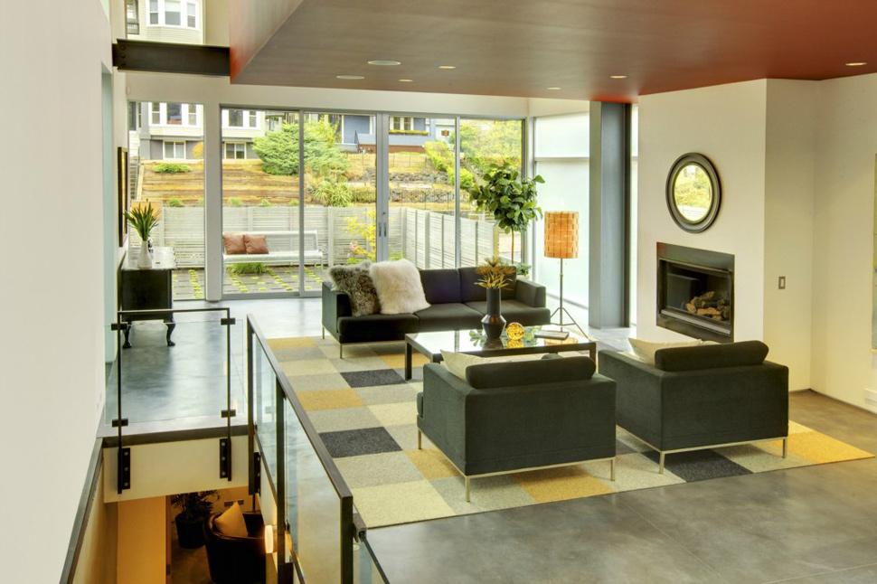 Para o estilo contemporâneo, é feito o maior uso da mobília minimalista, geométrica, futurista; a base das cores das paredes é clara, e o teto é branco.