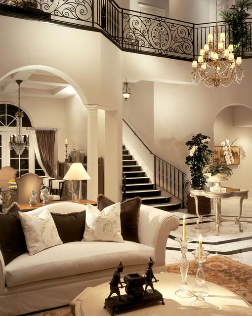 Para compor um ambiente em estilo tradicional contemporâneo convém investir em cores suaves. Com elementos mais atuais mesclados aos moveis tradicionais, como as almofadas.