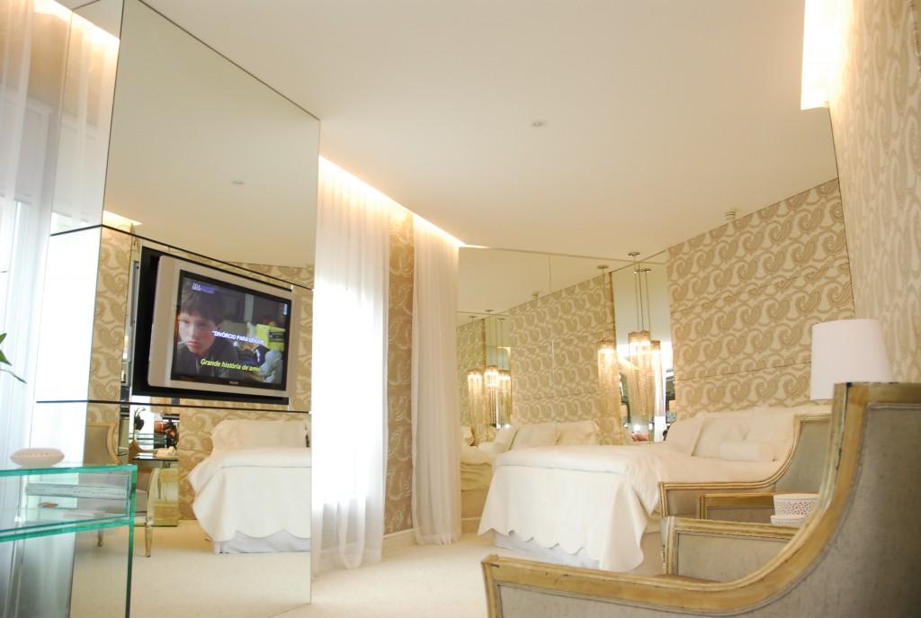 Já a arquiteta Silvana Mattar mostrou um estilo clássico clean, com papel de parede tom sur tom com os móveis em madeira. Cortinas em voil, vidro e espelhos proporcionaram leveza a Suite 311.