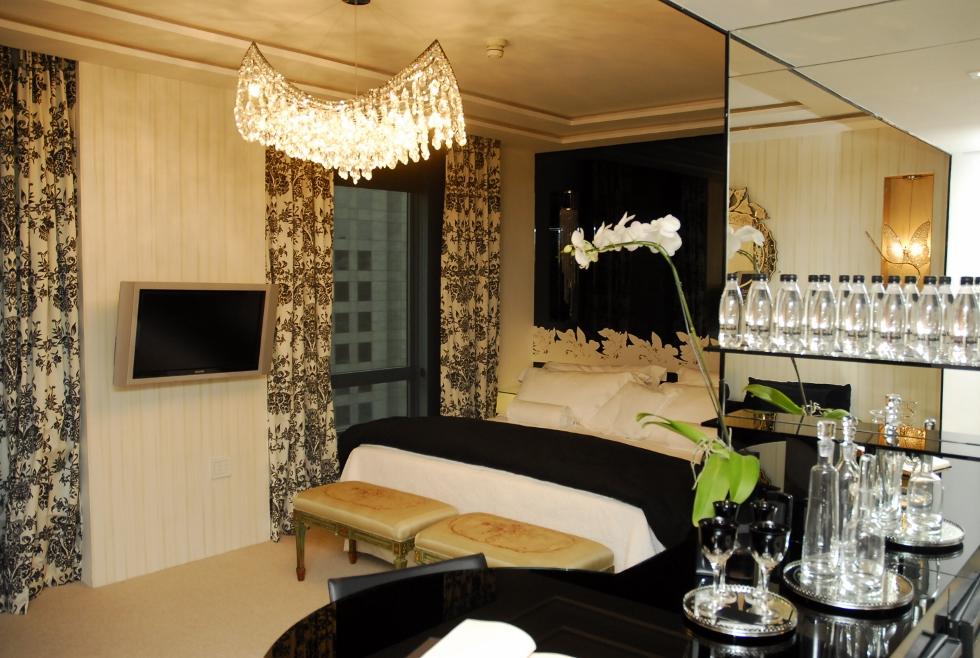 Glamour e luxo são características dos projetos da arquiteta (rycah e muito querida) Brunete Fraccaroli!! A Suíte 407  com espelhos, cortinaria de peso, móveis clássicos com disposição moderna é rica em detalhes. Bom gosto e romantismo.