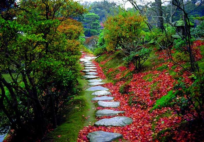 Caminho dentro de um jardim, representa uma evolução para um nível superior em termos de amadurecimento, engrandecimento e auto-conhecimento