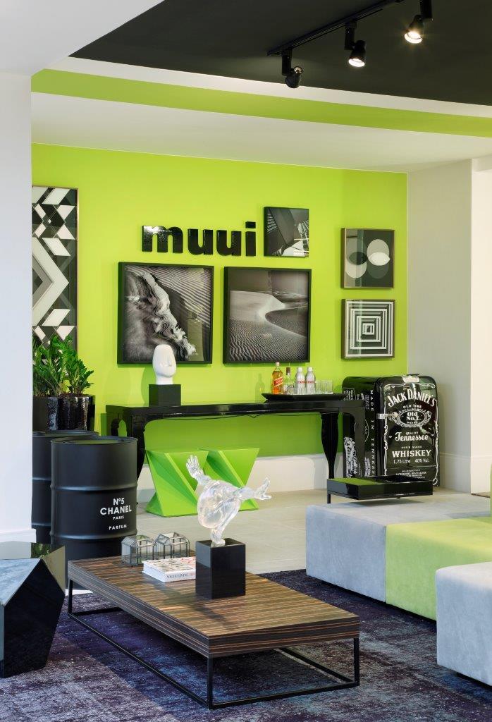 O verde chama atençao na loja e nao agride, ja que a proposta é ousada e usa os mais contemporaneos objetos e moveis da Muui.