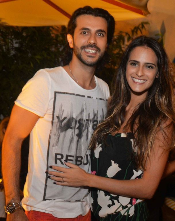 O casal Artur Fernandes da MAC Moveis e Muui e a cantora Marcella Fogaça