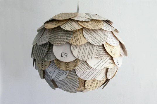 Luminária feita com recortes de jornal