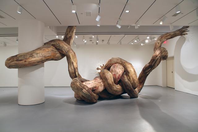 Henrique Oliveira sabe impressionar, tanto com  seu talento quanto a execução das suas obras