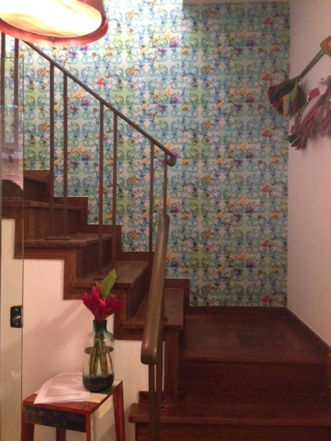 LZ é uma casa, no coraçao de Ipanema que deixa todos que frequentam a vontade. Olha que lindo o papel de parede da escada de acesso ao segundo andar!