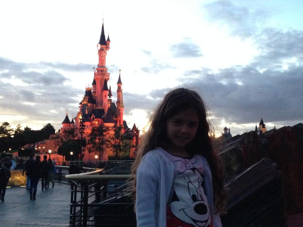 Manu e o Castelo da Bela Adormecida, agora mal assombrado.