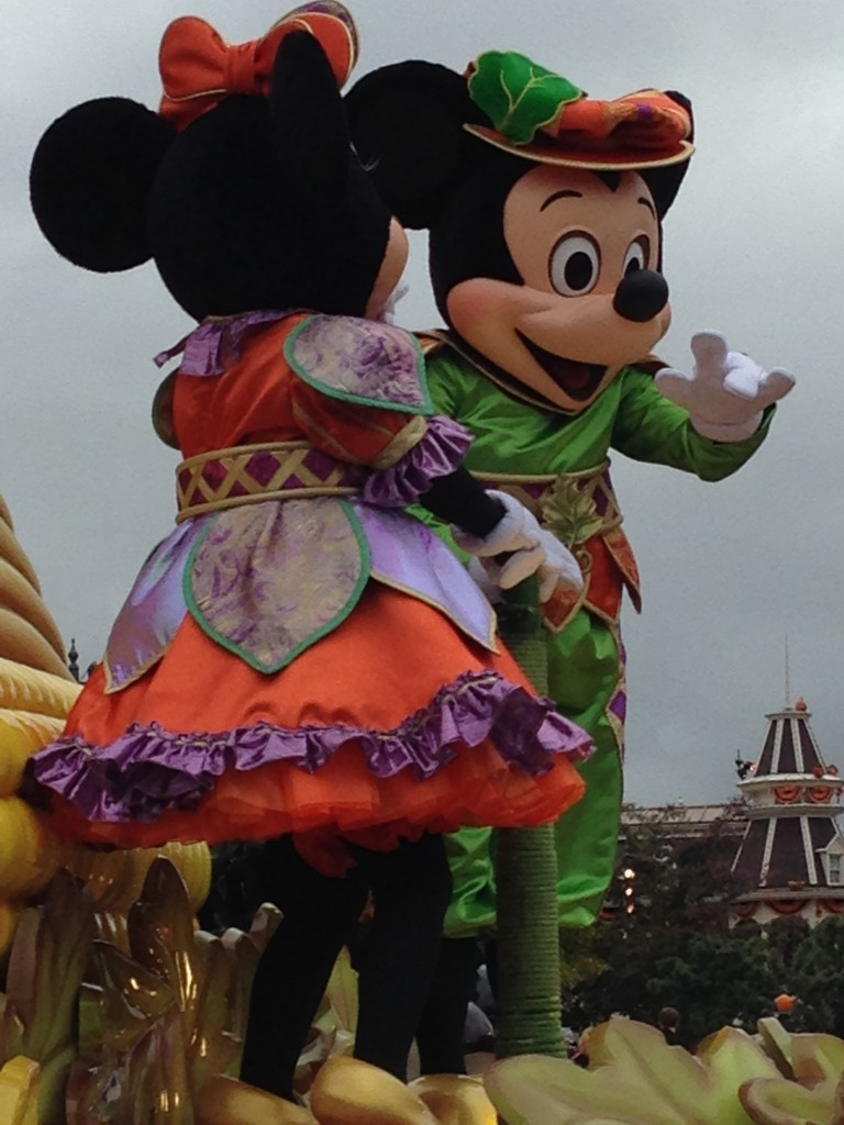 Mickey e Minnie a caráter da Festa da Abóbora!