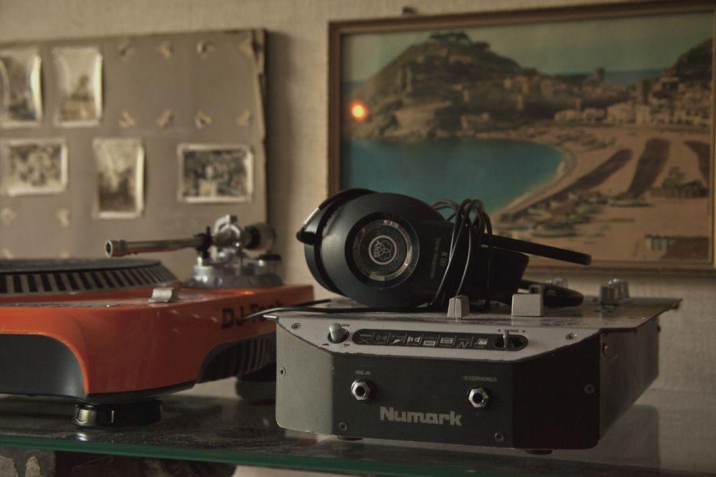 Apartamento do DJ, interpretado por Fernando Alves Pinto