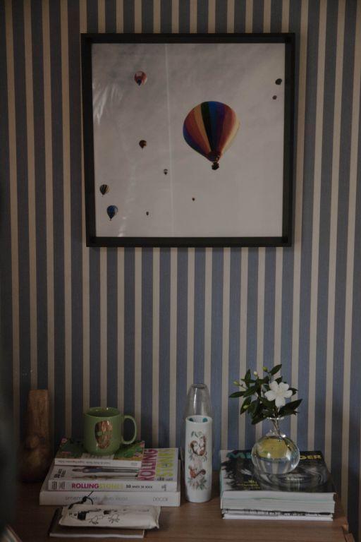 Detalhes, balões voando, um desenho antigo, mostra a vontade de ser livre da personagem