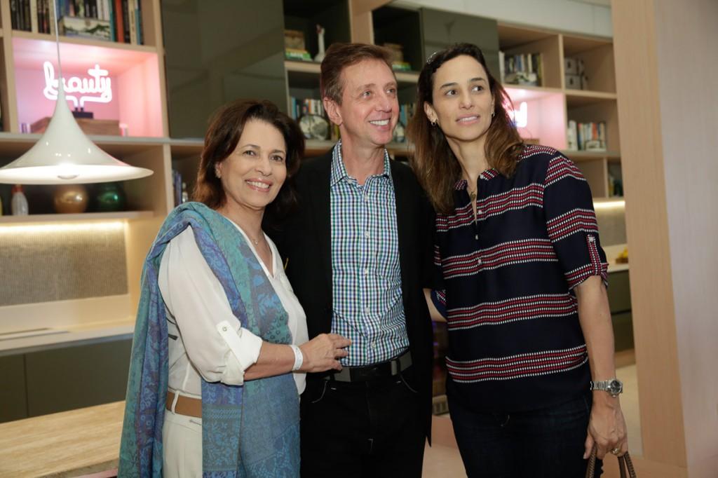 Luiz Fernando Grabowsky entre Ana Maria e Mariana Índio da Costa