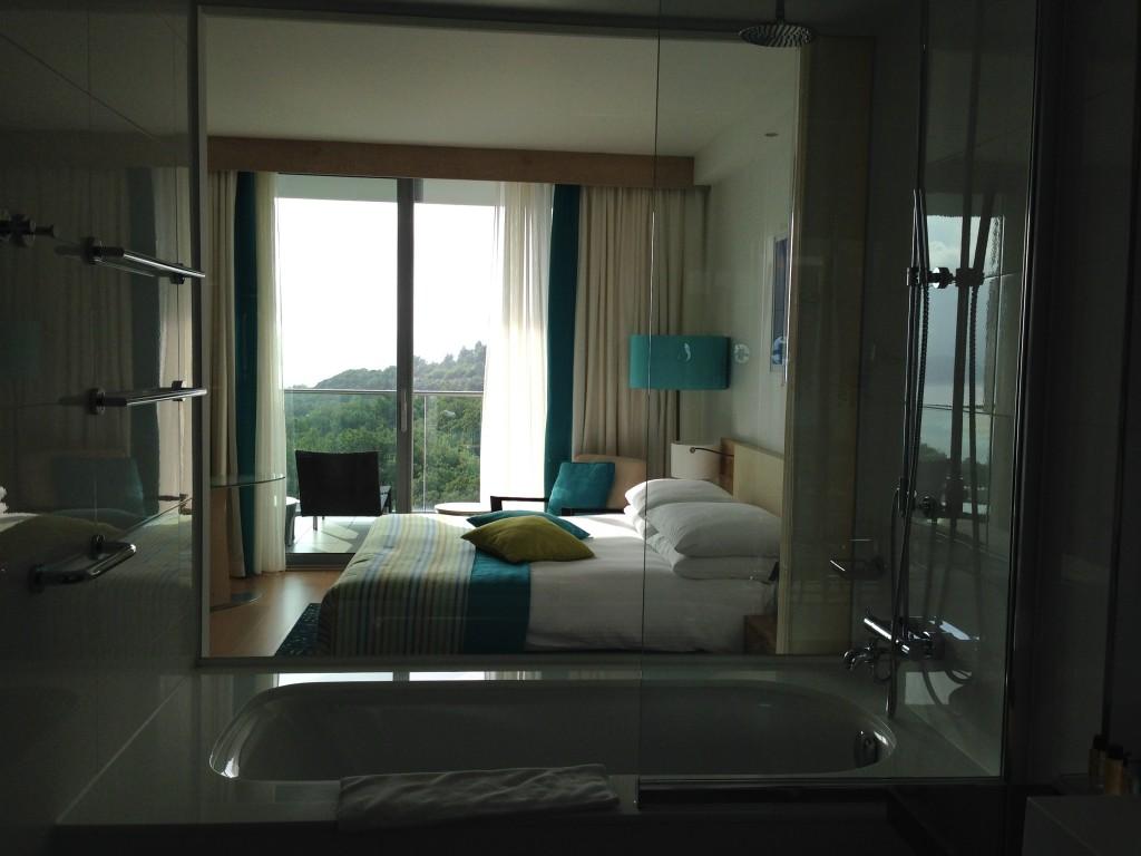 Nosso quarto tinha a vista para o por do sol... Com uma parede de vidro dividindo quarto e banheiro, a vista fazia parte do quarto.