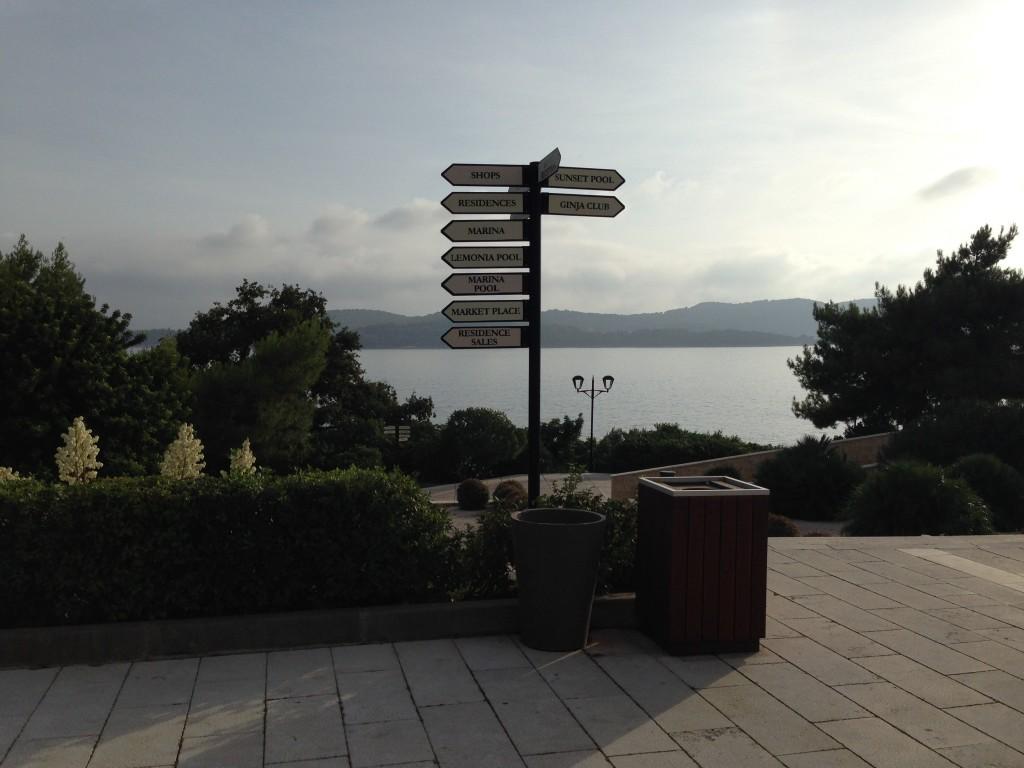 O Resort possui várias atividades, como um pequeno bairro e precisa sinalizar os espaços.