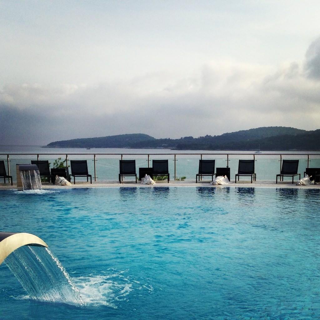 Uma das piscinas debruçadas sobre o Mar Adriático