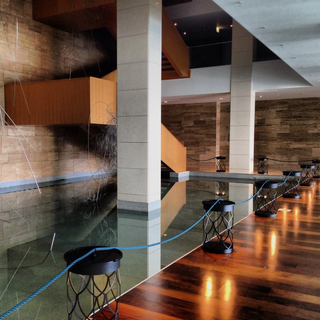 Adoro espelhos d´agua. Deram a impressão que a escada ultrapassa a água e desce mais.