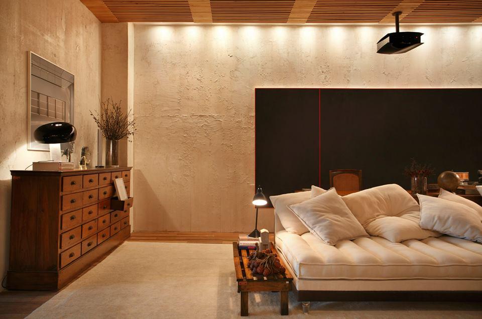 Gaveteiro portugues do século XIX do antiquário de Arnaldo Danemberg e o teto todo feito com madeira de reflorestamento, criou uma sensação de aconchego.
