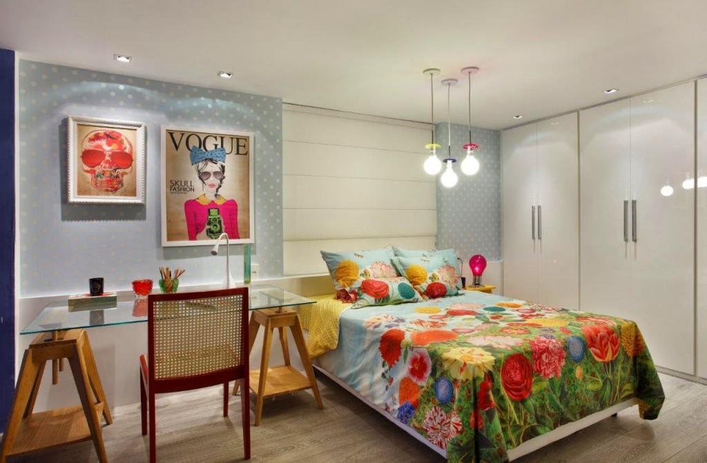O papel de parede em poá branco sobre fundo azul clarinho é um charme, e a roupa de cama deixou o quarto cheio de vida! A mesa de estudo tambem é um apoio de cabeceira para a cama e as luminárias deslocadas para o lado da cama é uma tendencia que vi em Milao este ano!! Lindinho!