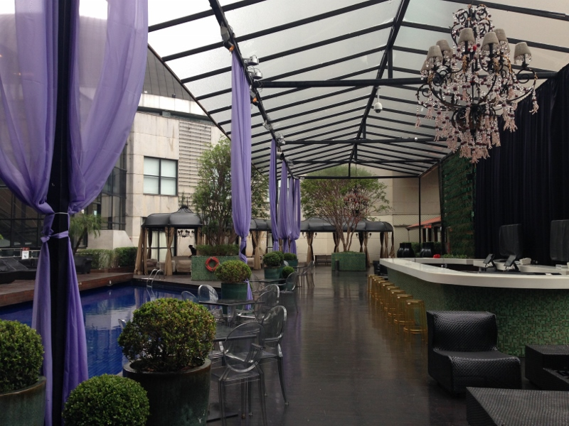 Piscininha do lado do Clube A - restaurante e lounge que vira bate a noite!