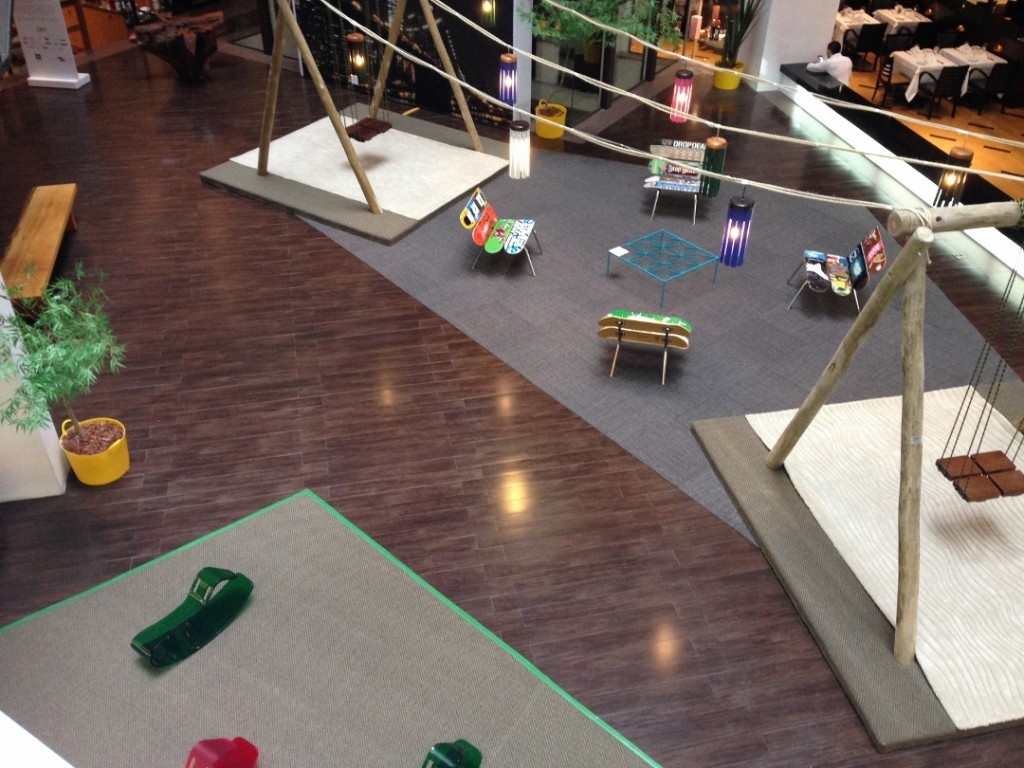 E rolou uma exposição com os móveis de Zanini de Zanine na Praça de alimentação do D&D Shopping.