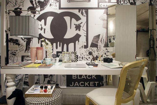 Quadro Chanel estilizado e a bancada de trabalho.