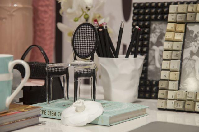 Detalhes da decoração: miniatura da cadeira clássica e porta retrato feito com teclas de computador.