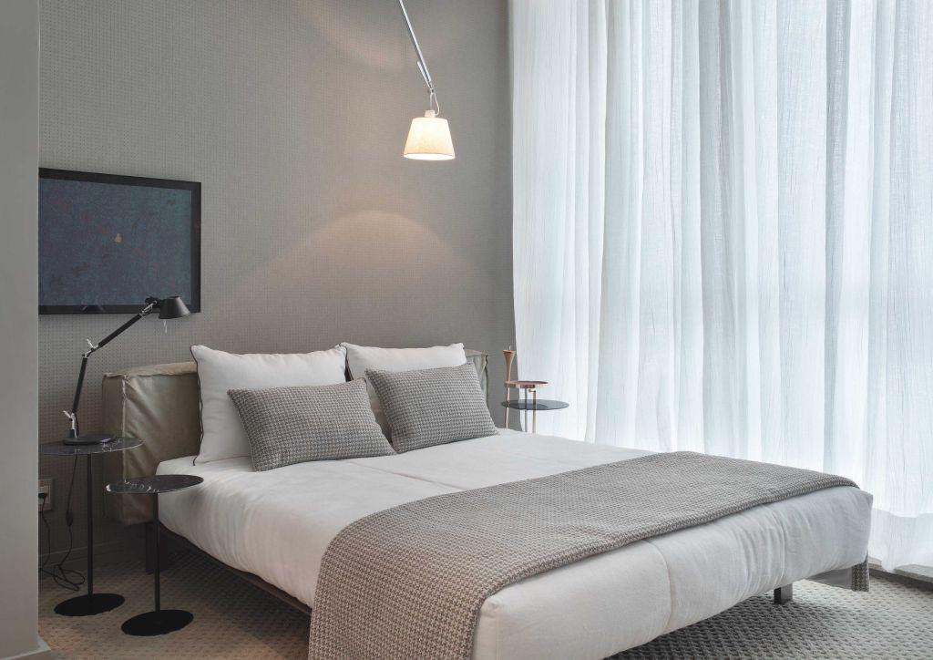 Simples e bonito, a cama ganhou destaque com a colcha em tecido zig zag.