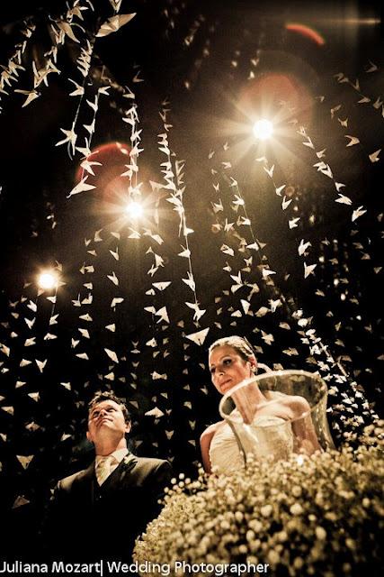 Olhem que lindo: origamis usados no altar em um casamento! Clima mágico.