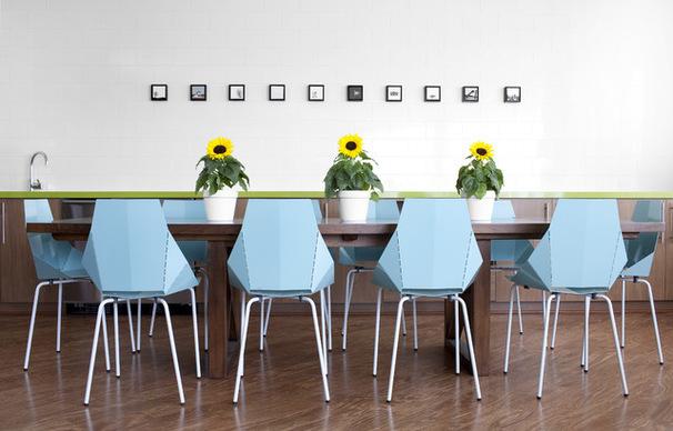 Cadeiras inspiradas nos pontos de dobraduras do origami. Cotemporaneo e chic.