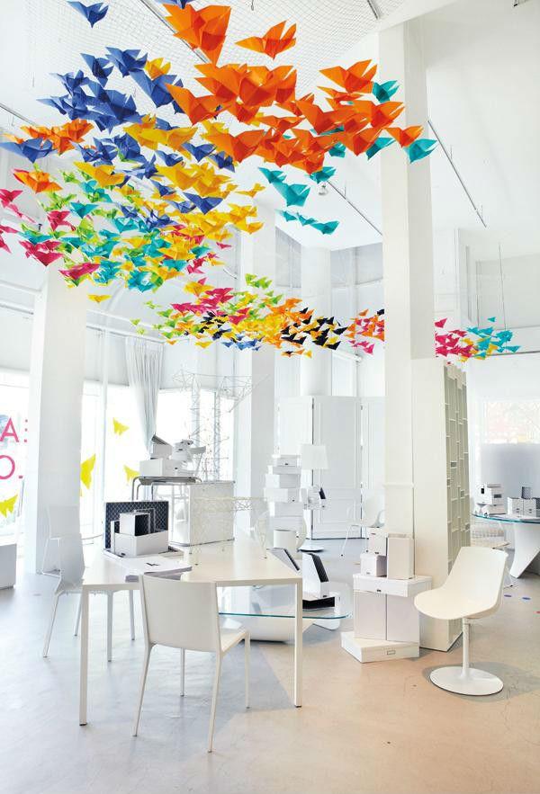 O ambiente branco ganha vida com os origamis coloridos.