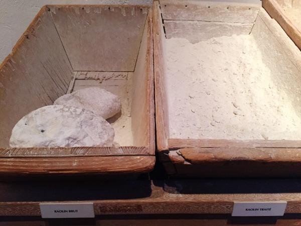 Creolina bruta e a tratada: matéria prima para as porcelanas.