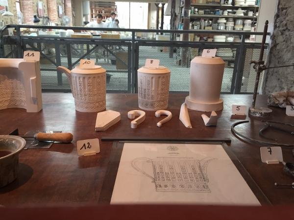 Antes de entrarem em produção, as peças desenhadas pelos designers vão para o laboratório da Bernardaud, onde passam por testes para avaliar a possibilidade de se conseguir fazer o produto, com alta qualidade.