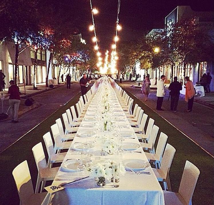 Jantar para quatro centenas de pessoas em plena rua, na 39th Street Beach - o Design Visionair Dinner.