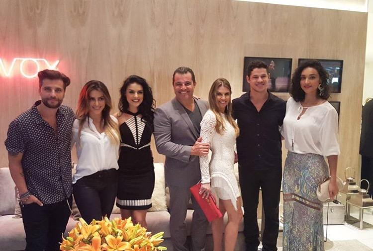 Bruno Gagliasso, Cléo Pires, Paloma Bernardi, o CEO da Artefacto Paulo Bacchi, e sua mulher Laís, José Loreto e Débora Nascimento no tour pela Mostra.